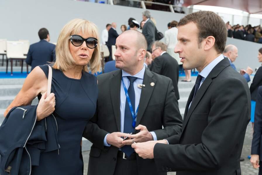 """Brigitte et Emmanuel Macron rejoignant la tribunelle présidentielle pour le défilé du 14 juillet 2016. Le couple n'est pas encore """"En marche"""". Emmanuel Macron ne renoncera à son poste de ministre de l'Economie pour mieux se lancer dans la campagne présidentielle qu'à la fin de l'été..."""