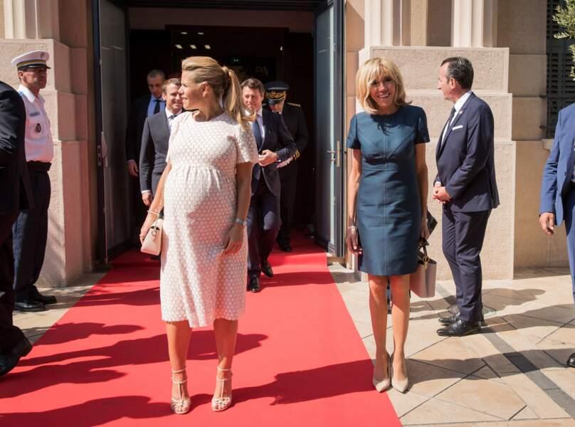 Ce 14 juillet 2017, Brigitte Macron avait choisi des escarpins et sac en cuir grenelé beiges Louis Vuitton, déjà portés deux mois plus tôt à l'Elysée pour l'investiture d'Emmanuel Macron.