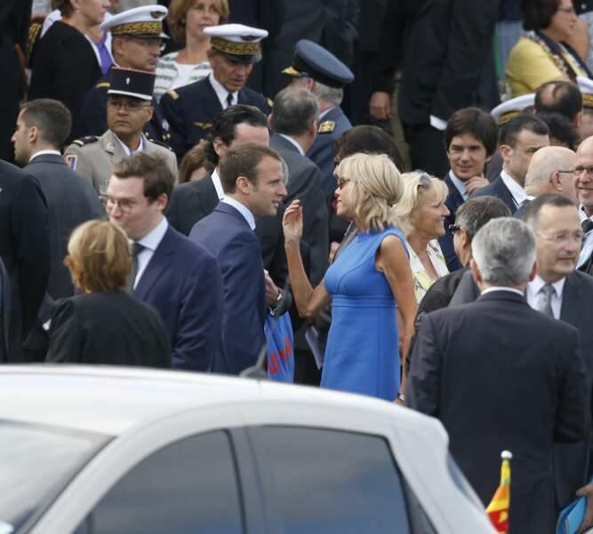Le 14 juillet 2015, Brigitte Macron ramasse encore ses cheveux blonds cendré dans la nuque avec une barrette.