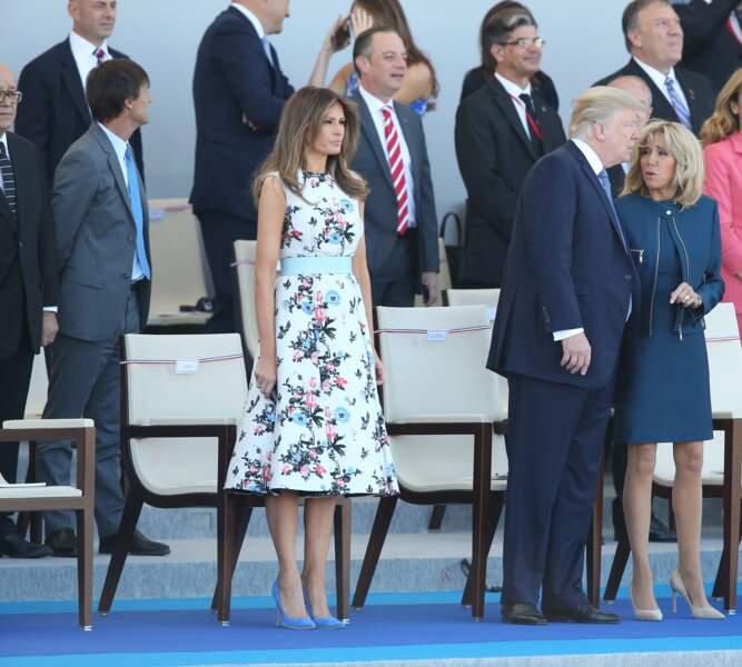 Pour ce 14 juillet 2017, avec Melania et Donald Trump en invités d'honneur, Brigitte Macron avait opté pour une robe et un spencer zippé bleu paon de la maison Louis Vuitton.