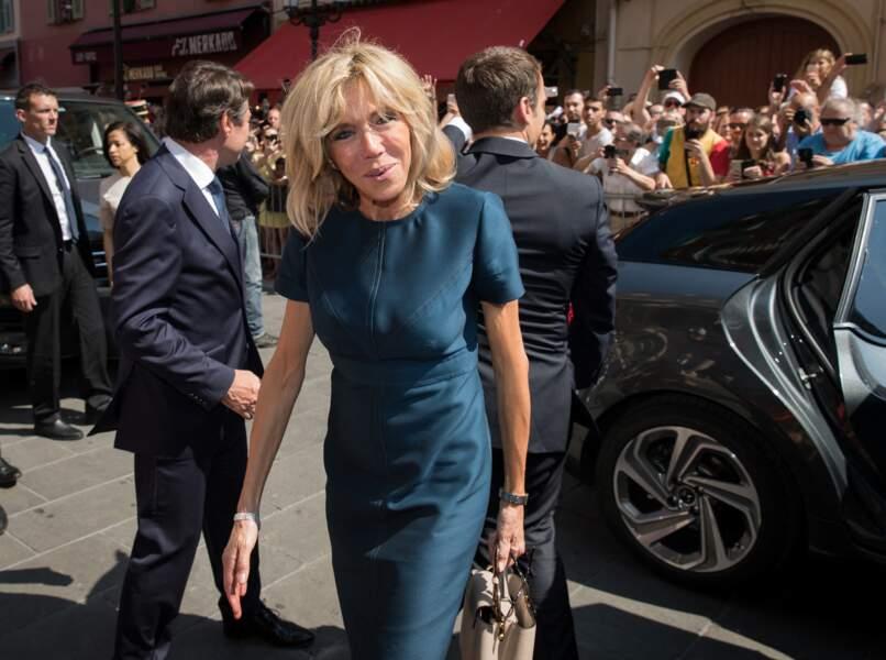 L'occasion de découvrir l'emmanchure et le travail de surpiqûres sur la robe Louis Vuitton choisie par Brigitte Macron ce 14 juillet 2017.