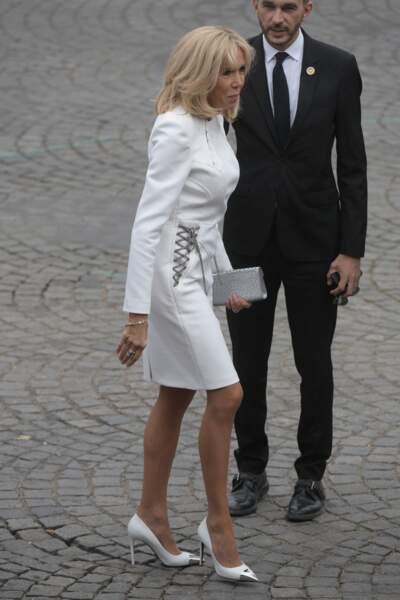 Pour ce 14 juillet 2019, Brigitte Macron arborait un total look blanc Louis Vuitton.
