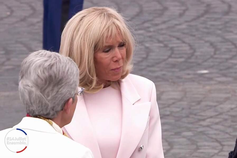 Pour ce 14 juillet 2020, Brigitte Macron est apparue dans une robe et un manteau couleur rose dragée.
