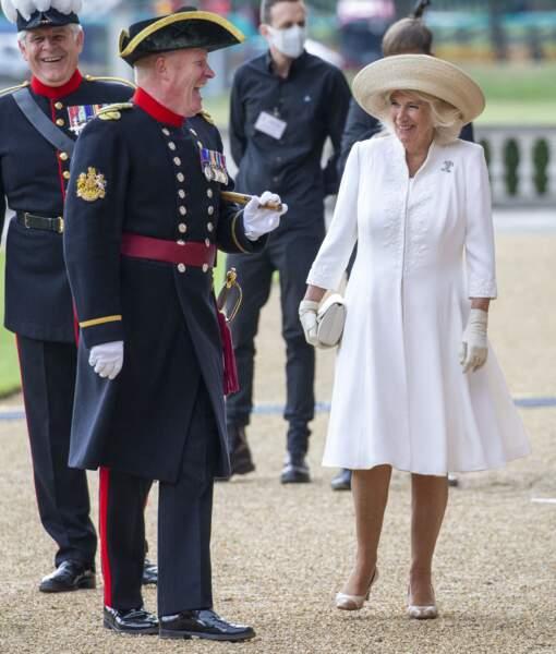 Camilla Parker Bowles, ultra chic en robe, gants et sac blanc et large chapeau à l'Hôpital Royal Chelsea à Londres, le 15 juillet 2020.