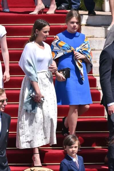 Camille Gottlieb lookée en robe bleue unie pour le baptême des jumeaux de Monaco.