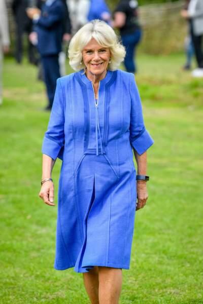 Camilla Parker Bowles dans une orbe bleue lavande comme elle les affectionne beaucoup, le 14 juillet 2020.