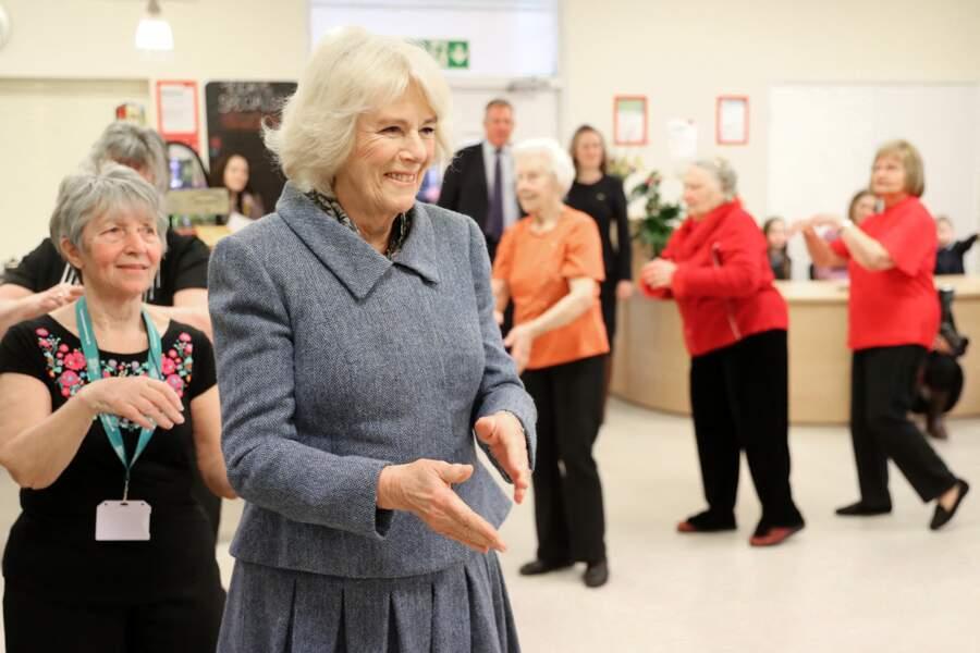 Camilla Parker Bowles se prête avec humour à une danse de la chenille avec les membres du RVS Cornhill Centre à Banbury. Le 29 janvier 2020.