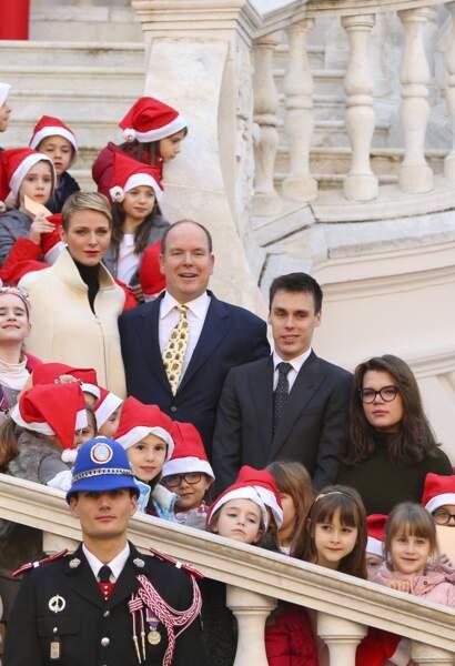 Cheveux longs bruns et lunettes de vue pour Camille Gottlieb lors de la distribution des cadeaux de Noël aux monégasques, en 2015.
