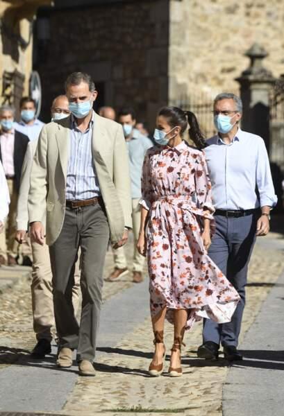 Letizia d'Espagne ultra glamour même avec un masque.