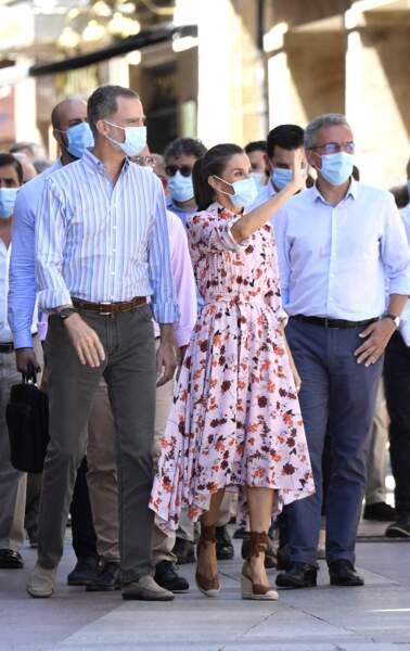 Felipe VI et Letizia d'Espagne visitent le village de Vinues. Ils portent tous les deux un masque et Letizia d'Espagne s'illustre dans sa robe Hugo Boss et ses espadrilles compensées.