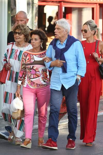 Bernard Tapie se promène dans les rues de Saint-Tropez avec sa femme, Dominique, ce 15 juillet 2020.