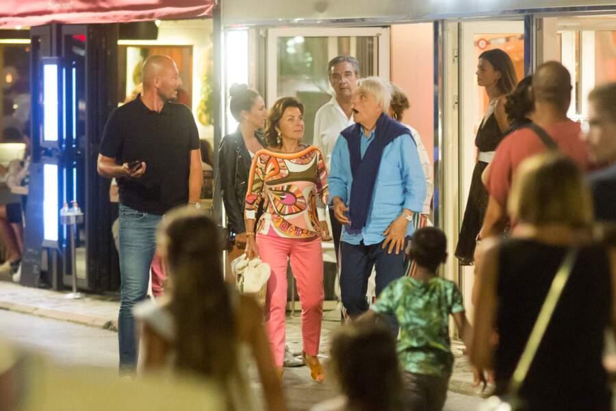"""Bernard Tapie et sa femme Dominique, à la sortie du restaurant """"Le Girelier"""", à Saint-Tropez, ce 15 juillet 2020."""