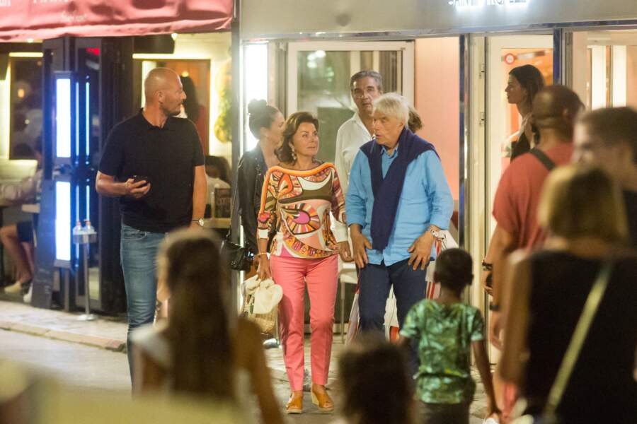 """Bernard Tapie a été aperçu à la sortie du restaurant """"Le Girelier"""", à Saint Tropez, avec son épouse Dominique."""