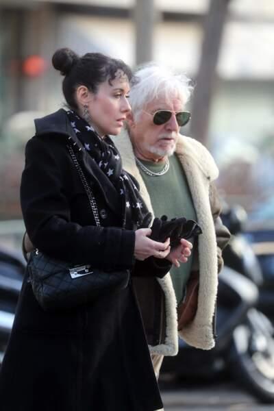 C'est encore Muriel qui accompagne Hugues Aufray aux obsèques de Thierry Séchan, au cimetière du Montparnasse, en janvier 2019
