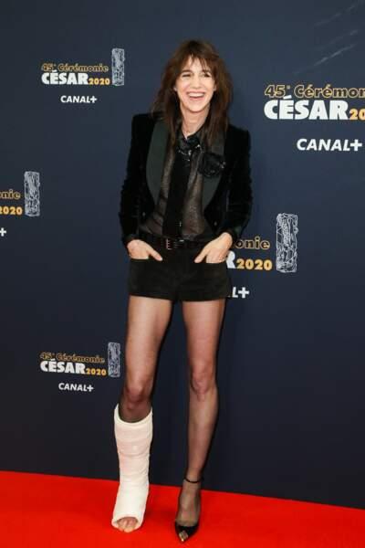 Charlotte Gainsbourg en veste de smoking et jupe courte, glamour même avec un pied dans le platre, aux césar, le 28 février 2020