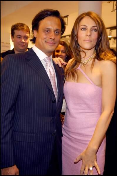 Clap de fin pour Elizabeth Hurley et Arun Nayar en 2011. L'actrice avait préféré les bras d'un beau joueur de cricket à ceux de son mari. Ce dernier a bien tenté de la retenir... en vain.