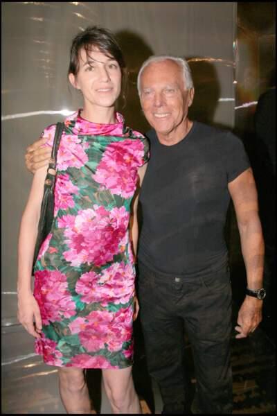 Une de ses rares tenues très colorées : Charlotte Gainsbourg en robe à fleurs avec Giorgio Armani en 2008.