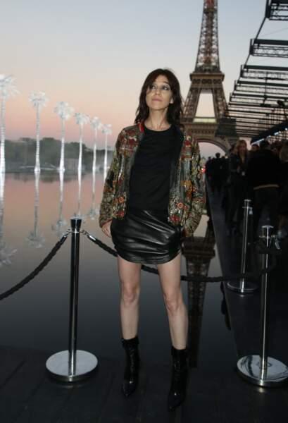 Jupe courte en cuir, bottines hautes pour le défilé Saint Laurent en 2018, Charlotte Gainsbourg porte souvent des tenues qui mettent des longues et fines jambes en valeur.