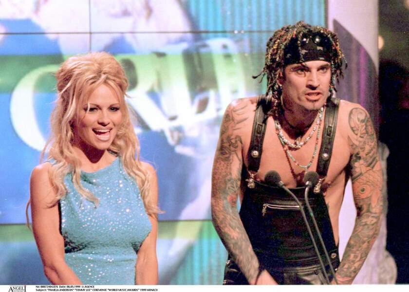 Pamela Anderson et Tommy Lee se marient seulement un mois après leur rencontre, en 1995. De cette union naîtra deux enfants. Mais le musicien se montre violent et le couple divorce en 1998.