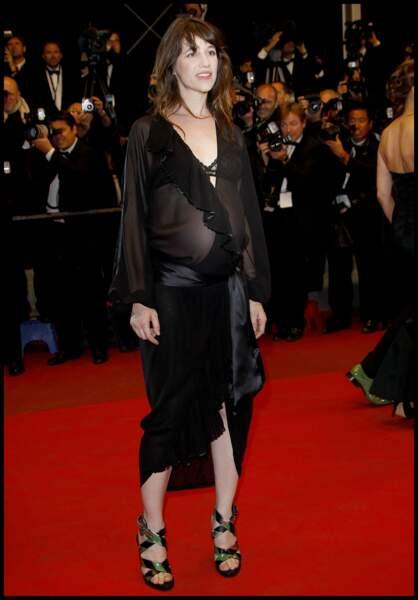 Même enceinte de sa fille Joe, Charlotte Gainsbourg mise sur la féminité et la transparence en 2011.