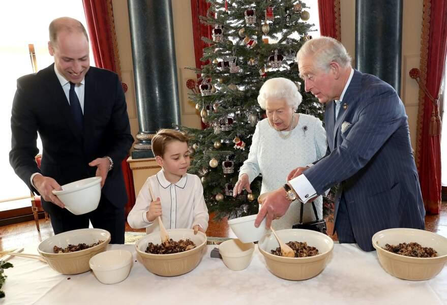 Le prince George, son papa et ses grands-parents préparent des puddings de Noël en décembre 2019
