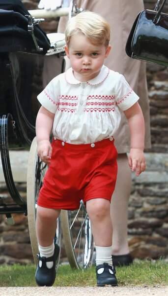 Le prince George porte une tenue ayant appartenu à son père, pour le baptême de la princesse Charlotte, le 5 juillet 2015.