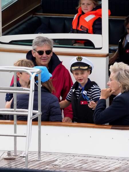 Le prince George se la joue matelot avec son petit chapeau