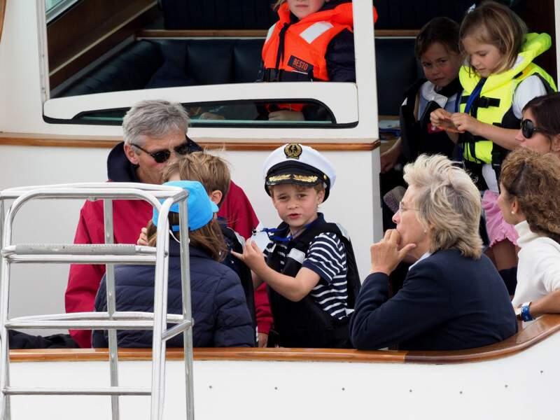 En aout 2019, c'est à la mère de Kate Middleton que revient la tâche de garder George et Charlotte lors de la régate King's Cup