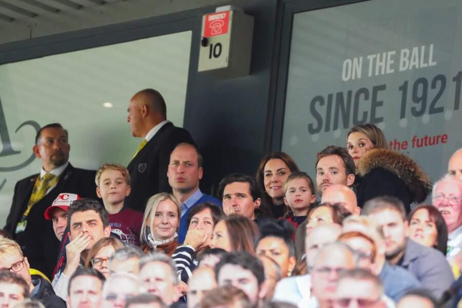 Le prince George et la princesse Charlotte ont l'air passionné par le match