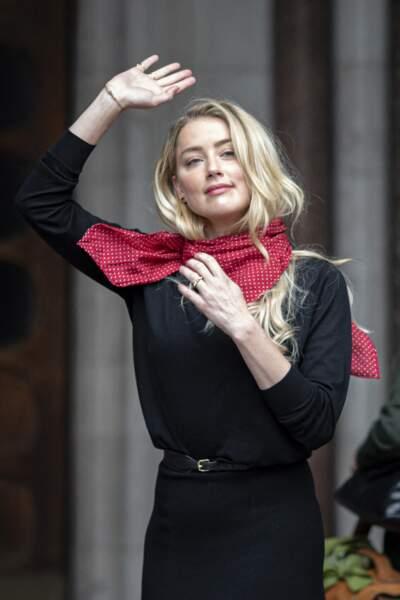 Amber Heard arbore toujours le même foulard rouge, à son arrivée à la cour royale de justice à Londres, le 8 juillet 2020.