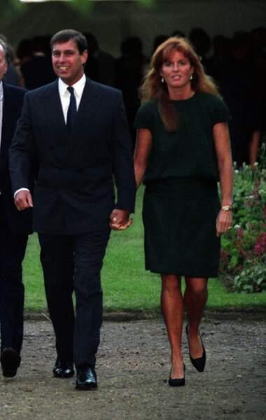 En 1992, des photos volées de Sarah Ferguson font scandale. Sur celles-ci l'épouse du prince Andrew et mère de ses deux filles apparaît au bord d'une piscine tropézienne enlacée et embrassée par son conseiller financier, John Bryan… C'en est trop pour Elizabeth II, qui oblige son fils à demander le divorce.