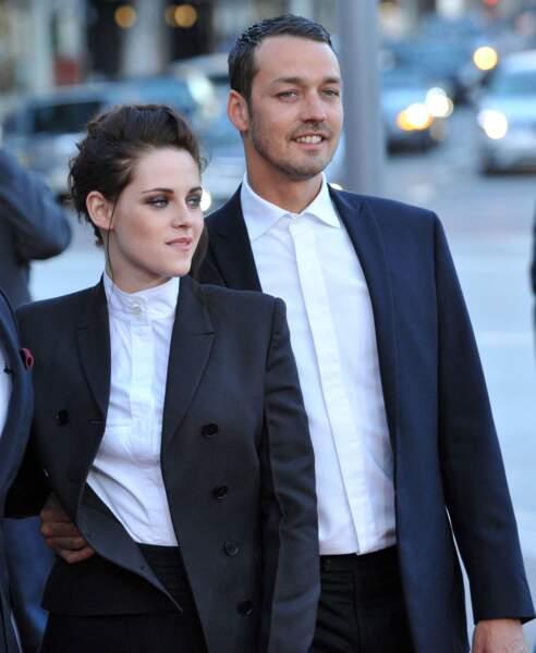 C'est dans la presse à scandale que Robert Pattinson apprendra la liaison de Kristen Stewart avec le réalisateur Rupert Sanders, alors marié au mannequin Liberty Ross.