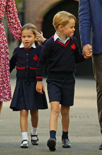 La princesse Charlotte et le prince George aux bras de leurs parents
