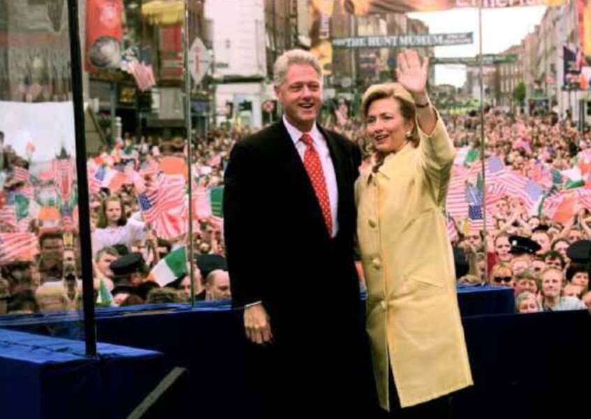 """Le 17 août 1998, Bill Clinton, alors président des Etats-Unis, reconnaît avoir eu une relation """"inappropriée"""" avec une stagiaire de la Maison Blanche nommée Monica Lewinsky. Des révélations qui bouleverseront son épouse, Hillary, mais aussi les Américains."""