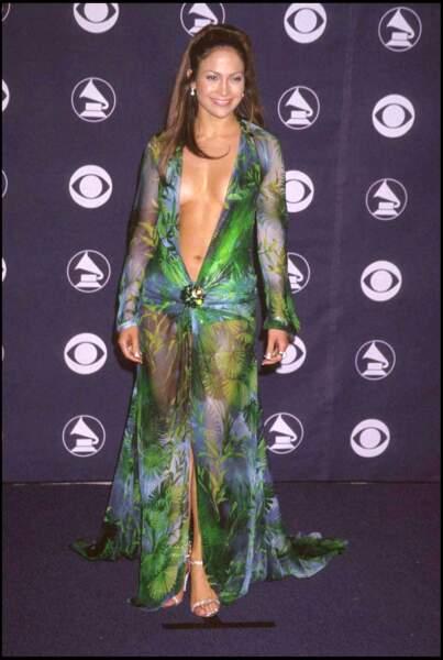 La robe Versace au décolleté profond de Jennifer Lopez