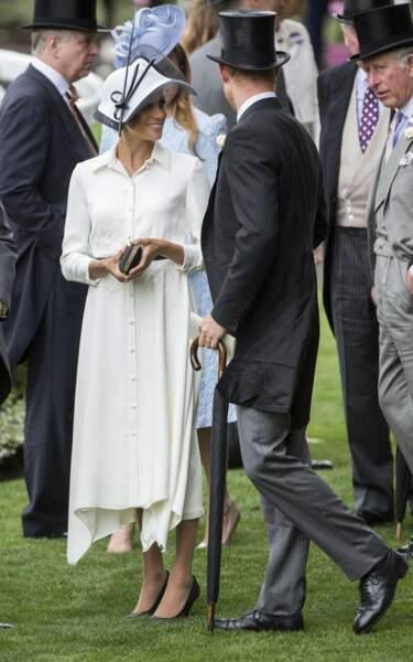 Meghan Markle rayonnante en robe blanche et fluide Givenchy à Ascot.