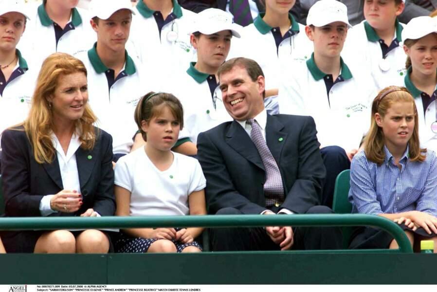 Sarah Ferguson, la princesse Eugenie, Andrew, et la princesse Beatrice, lors d'un match de charité, à Londres, en juillet 2000.
