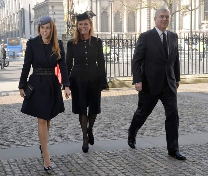 La princesse Beatrice, Sarah Ferguson et le prince Andrew, lors de la messe en hommage à Sir David Frost en l'Abbaye de Westminster à Londres, le 13 mars 2014.