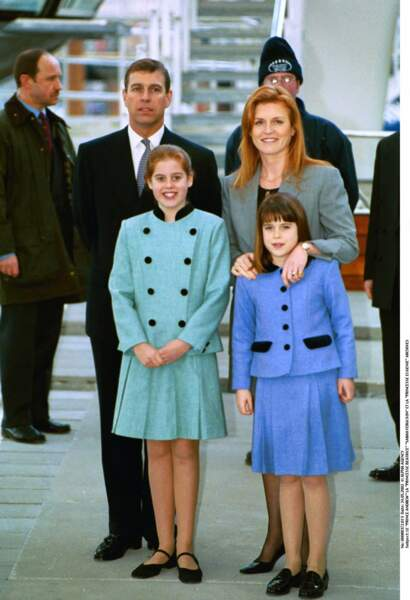 Le prince Andrew et Sarah Ferguson, avec Beatrice et Eugenie, lors de la visite de la roue du Millenium à Londres, en 2000.