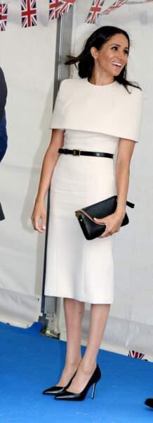 Meghan Markle toujours chic en robe droite Givenchy.