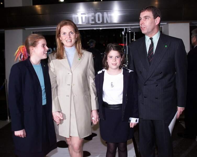 Sarah Ferguson, le prince Andrew, et leurs deux filles, lors de l'avant-première des 102 Dalmatiens, en décembre 2000.