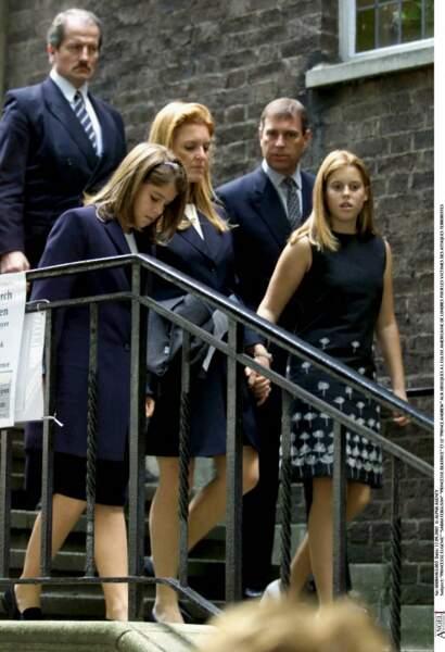 Le prince Andrew et Sarah Ferguson vont avec leur deux filles à la cérémonie en l'honneur des victimes d'attaques terroristes, à Londres, le 17 septembre 2001.