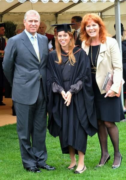 La princesse Beatrice et ses parents, lors de sa remise de diplôme, au lycée Goldsmiths, à Londres, le 9 septembre 2011.