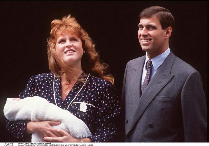 Sarah Ferguson et le prince Andrew, à la sortie de la maternité avec Beatrice, le 12 août 1988.