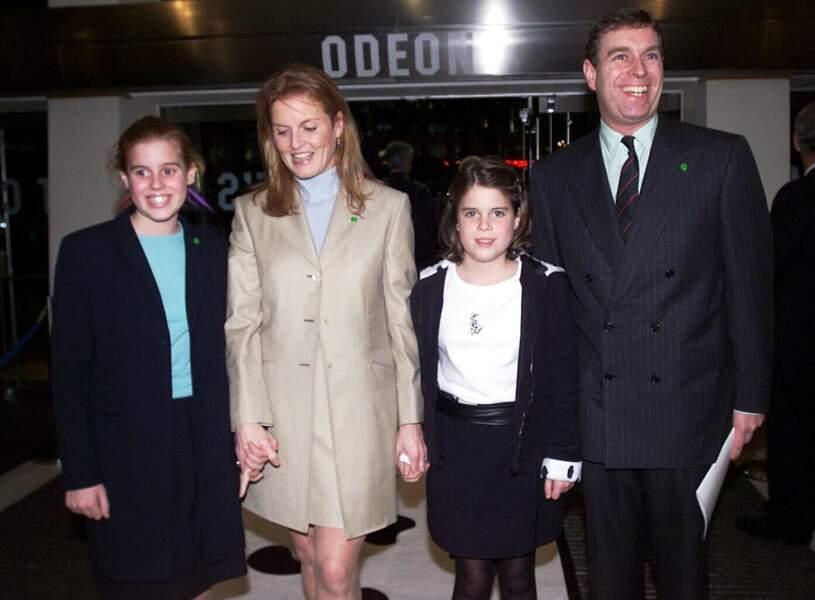 Sarah Ferguson, le prince Andrew, accompagnés de leurs deux filles, lors de l'avant-première des 102 Dalmatiens, en décembre 2000.