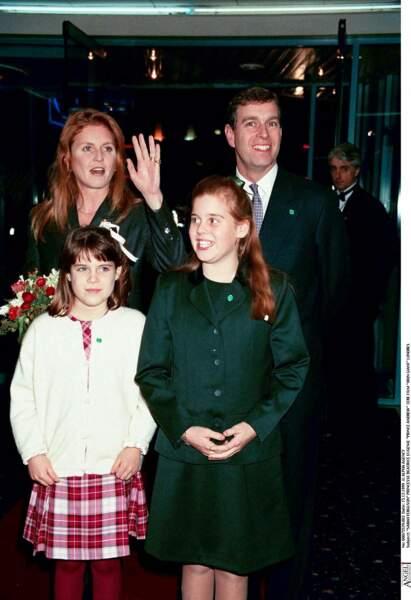 """Sarah Ferguson et le prince Andrew, accompagnés de leurs deux filles, lors de l'avant-première du film """"Iron Giant"""", à Londres, en 1999."""