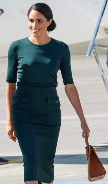 Meghan Markle chic aussi avec un hait moulant coodonnée à sa jupe cintrée Givenchy.