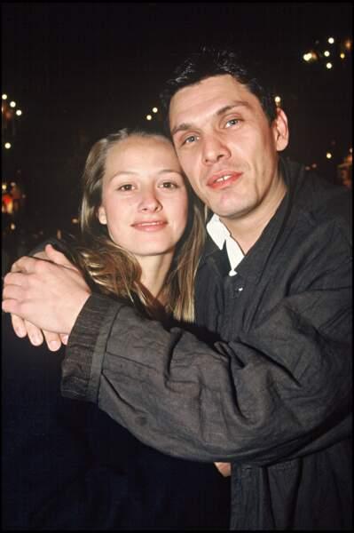 Le chanteur rencontre ensuite Sarah Poniatowski en 1994.