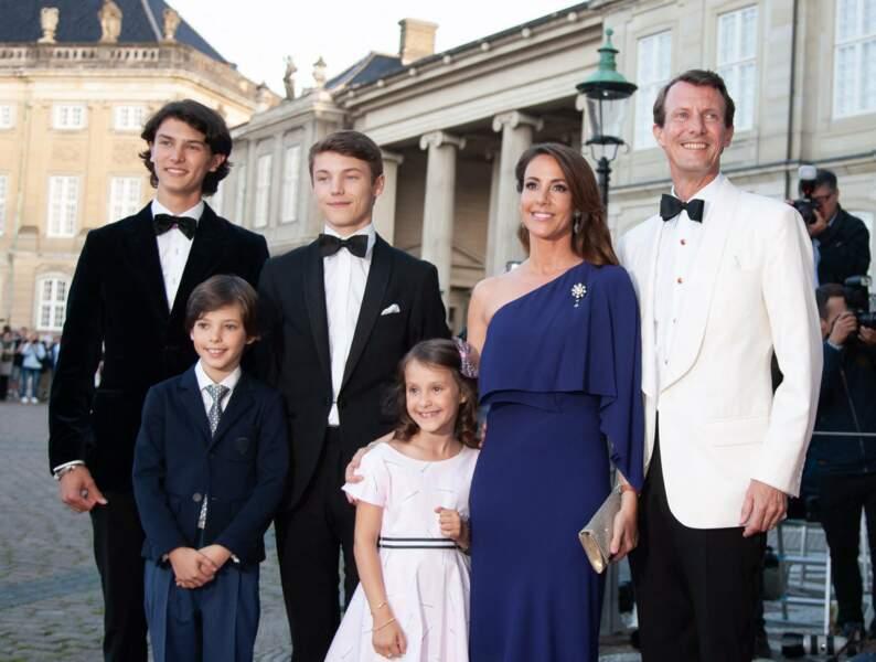 Le prince Nikolai de Danemark et le prince Felix de Danemark, avec leur père, le prince Joachim de Danemark, la princesse Marie de Danemark, et leurs deux enfants, le 7 juin 2019.
