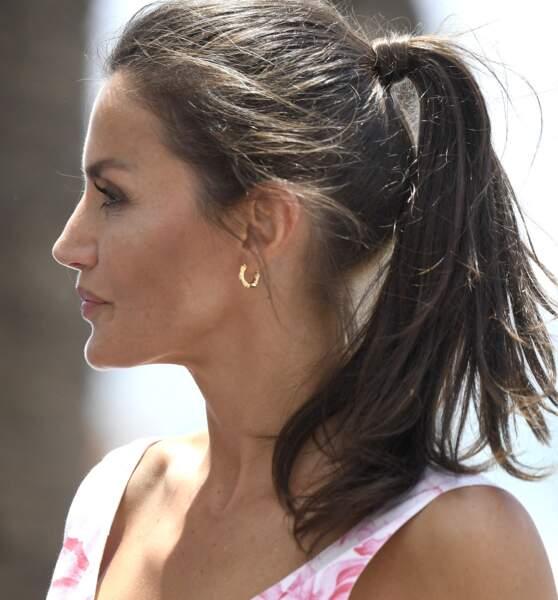 la reine Letizia d'Espagne attache ses cheveux dont on devine de fins cheveux blancs, le 3 juillet 2020.